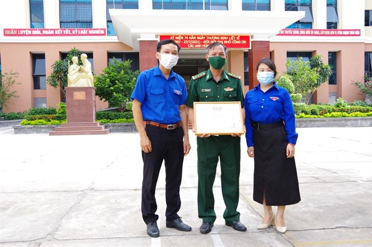 Trao tặng Bằng khen cho hai anh em sinh đôi con quân nhân BĐBP Khánh Hòa đạt Thủ khoa và Á khoa toàn quốc khối C