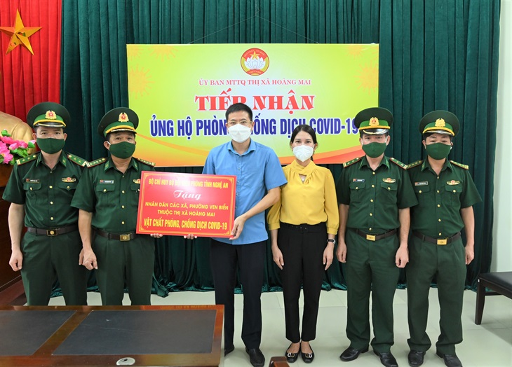 BĐBP Nghệ An hỗ trợ vật chất phòng, chống dịch Covid-19 cho nhân dân thị xã Hoàng Mai và huyện Quỳnh Lưu