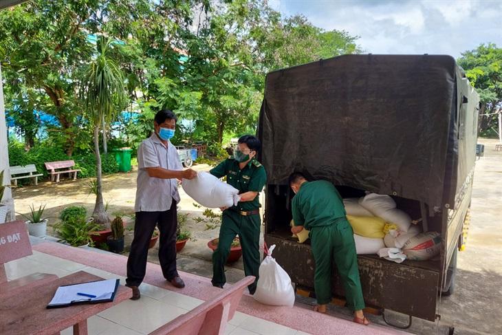 BĐBP Thành phố Hồ Chí Minh trao tặng 7 tấn gạo cùng nhu yếu phẩm cho người dân huyện Cần Giờ