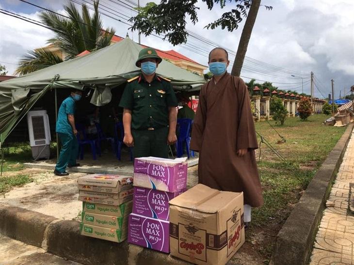 Tăng ni, phật tử hỗ trợ người dân trên đường về quê tránh dịch Covid-19