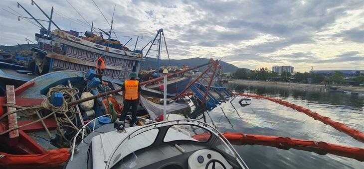 Phối hợp xử lý sự cố tràn dầu tại âu thuyền Thọ Quang
