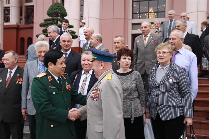 Đại tướng Phùng Quang Thanh với các cựu chiến binh Xô viết