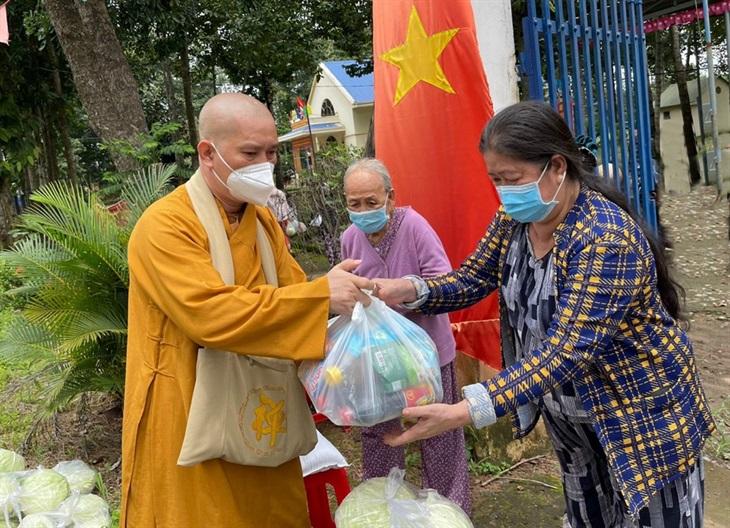 Thiền tự Phước Quang trao tặng 2.600 phần quà cho người dân nghèo huyện Long Thành