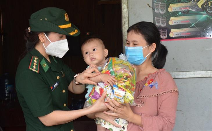 Tặng quà Trung thu cho trẻ em ở khu vực biên giới