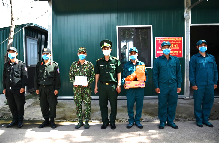 Tặng quà người dân nghèo và cán bộ, chiến sĩ trên tuyến biên giới Hà Tiên