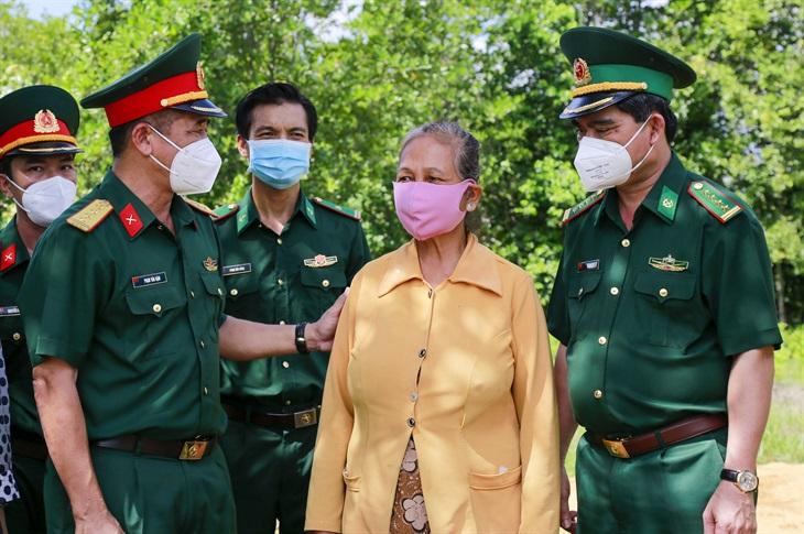 Tặng quà cho người dân xã đảo Thạnh An