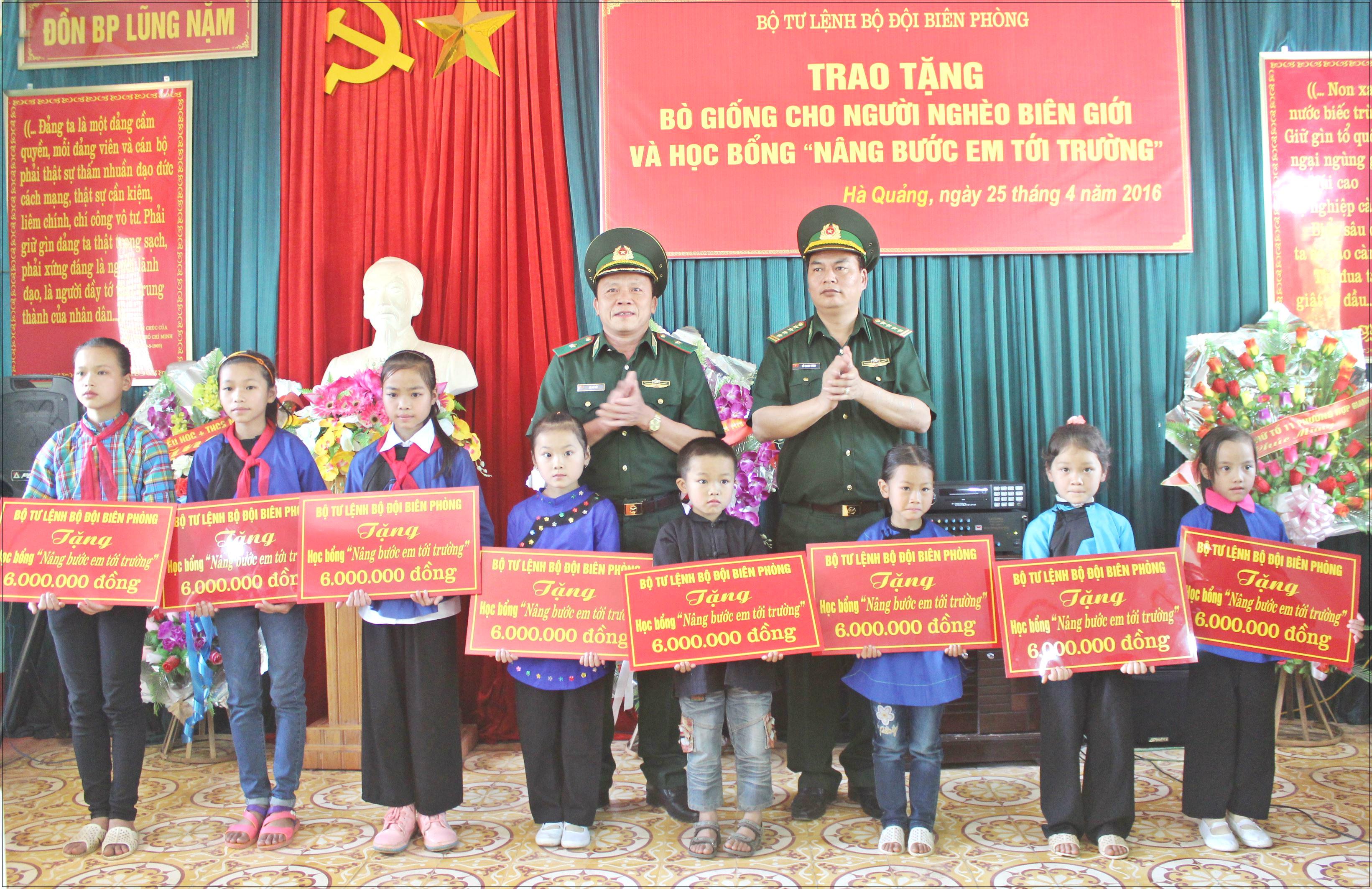 Trao học bổng khuyến học và tặng bò giống cho đồng bào biên giới Cao Bằng