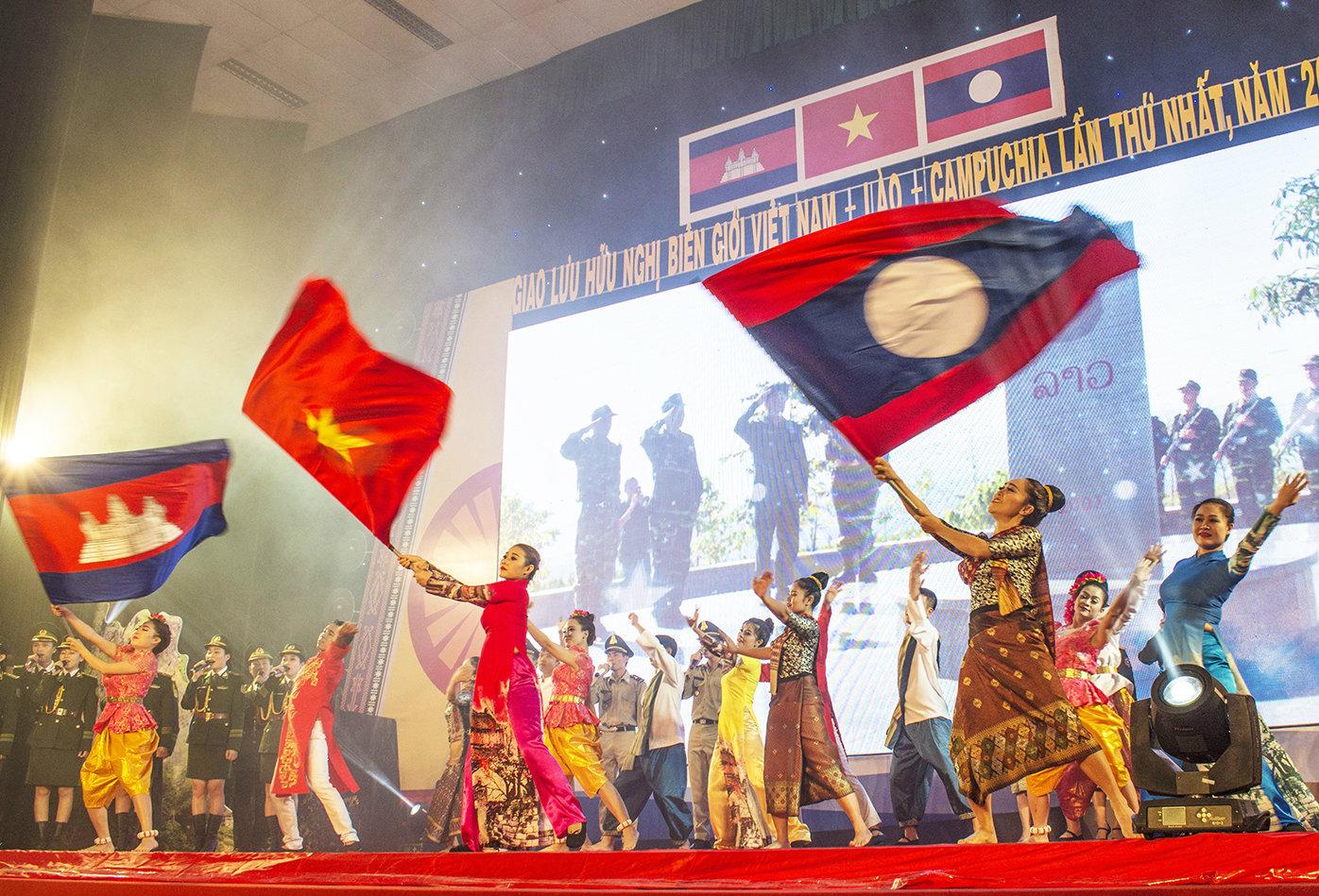 Thắm tình anh em Việt Nam-Lào-Campuchia
