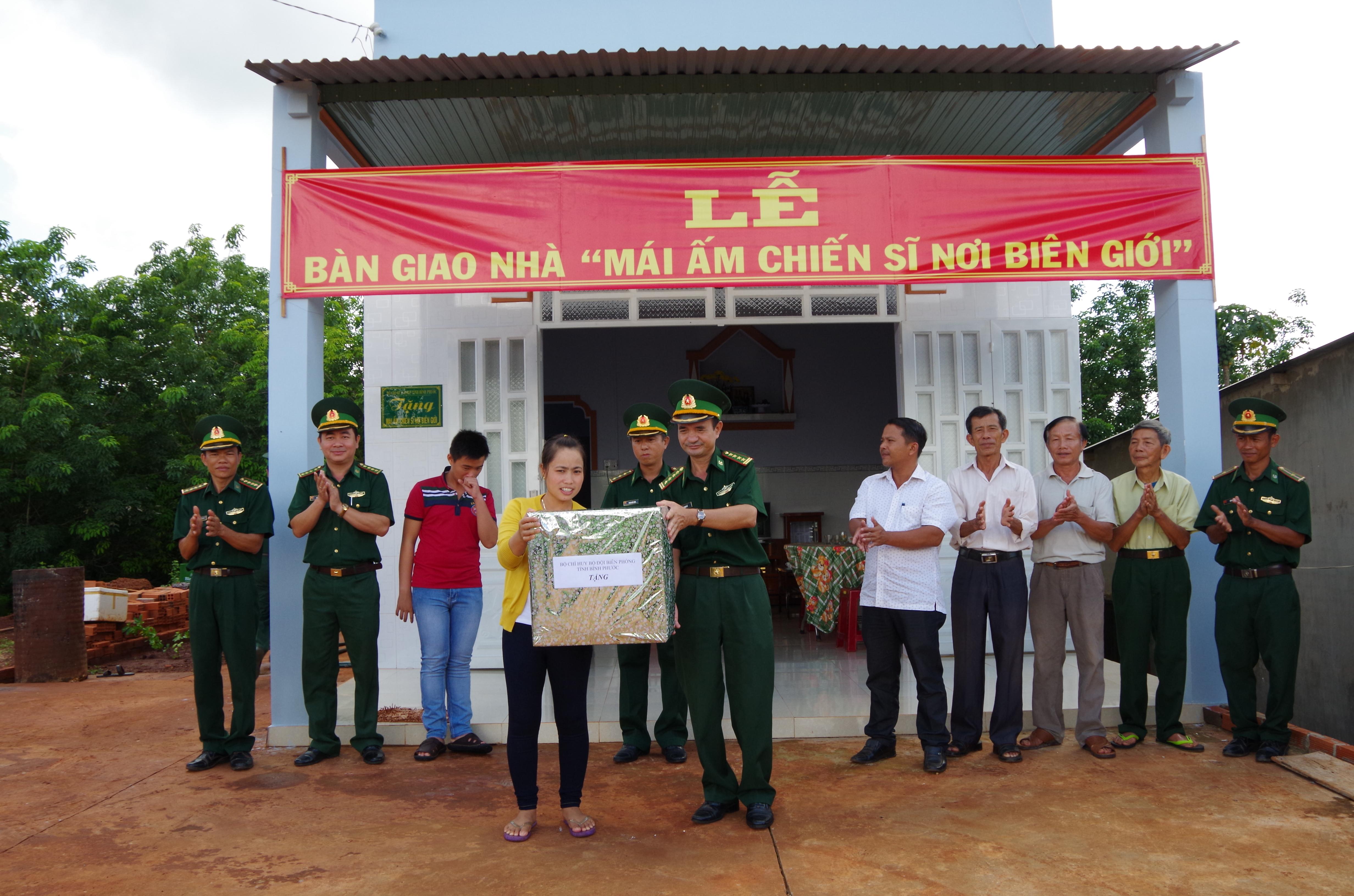 BĐBP Bình Phước bàn giao nhà quotMái ấm chiến sĩ nơi biên giớiquot
