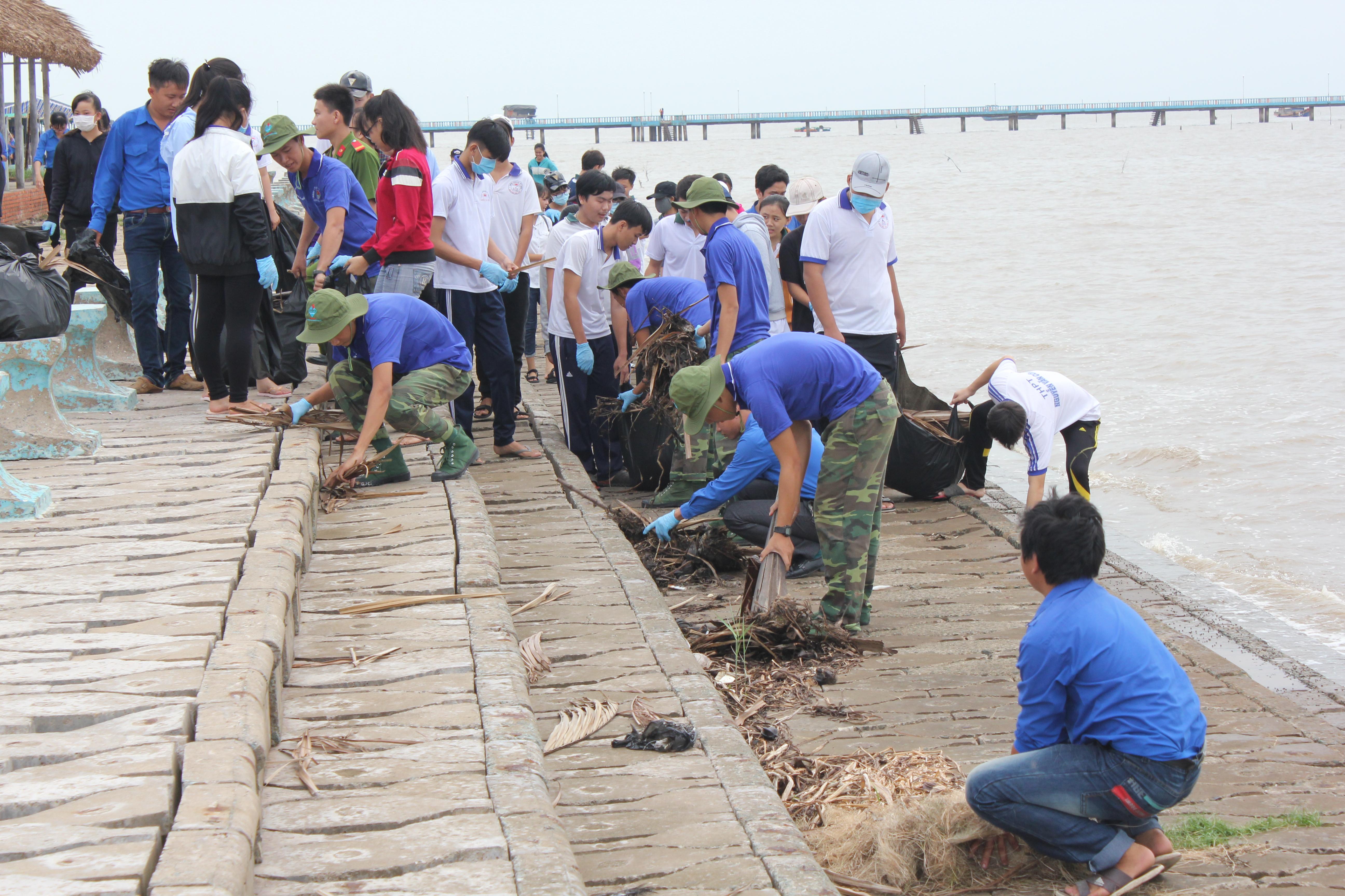 Tuổi trẻ Tiền Giang sôi nổi ra quân làm sạch biển