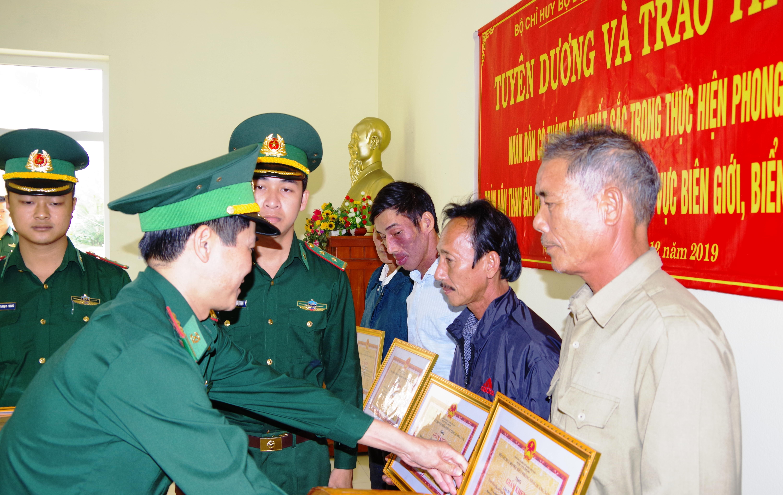 Tuyên dương 5 người dân tự giác giao nộp số lượng lớn ma túy trôi dạt vào bờ biển Quảng Nam