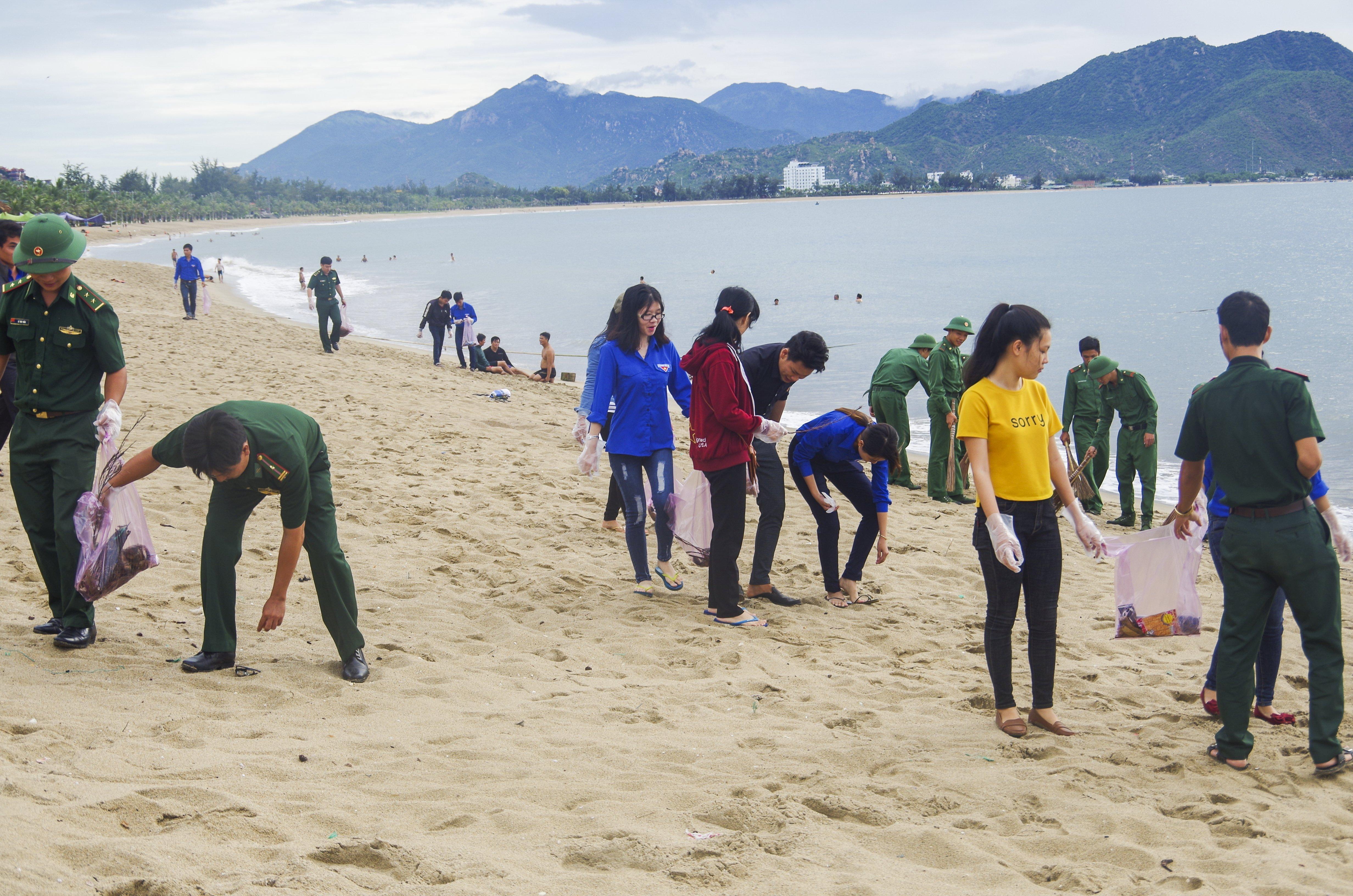 Đồn BP Ninh Chữ ra quân làm sạch biển