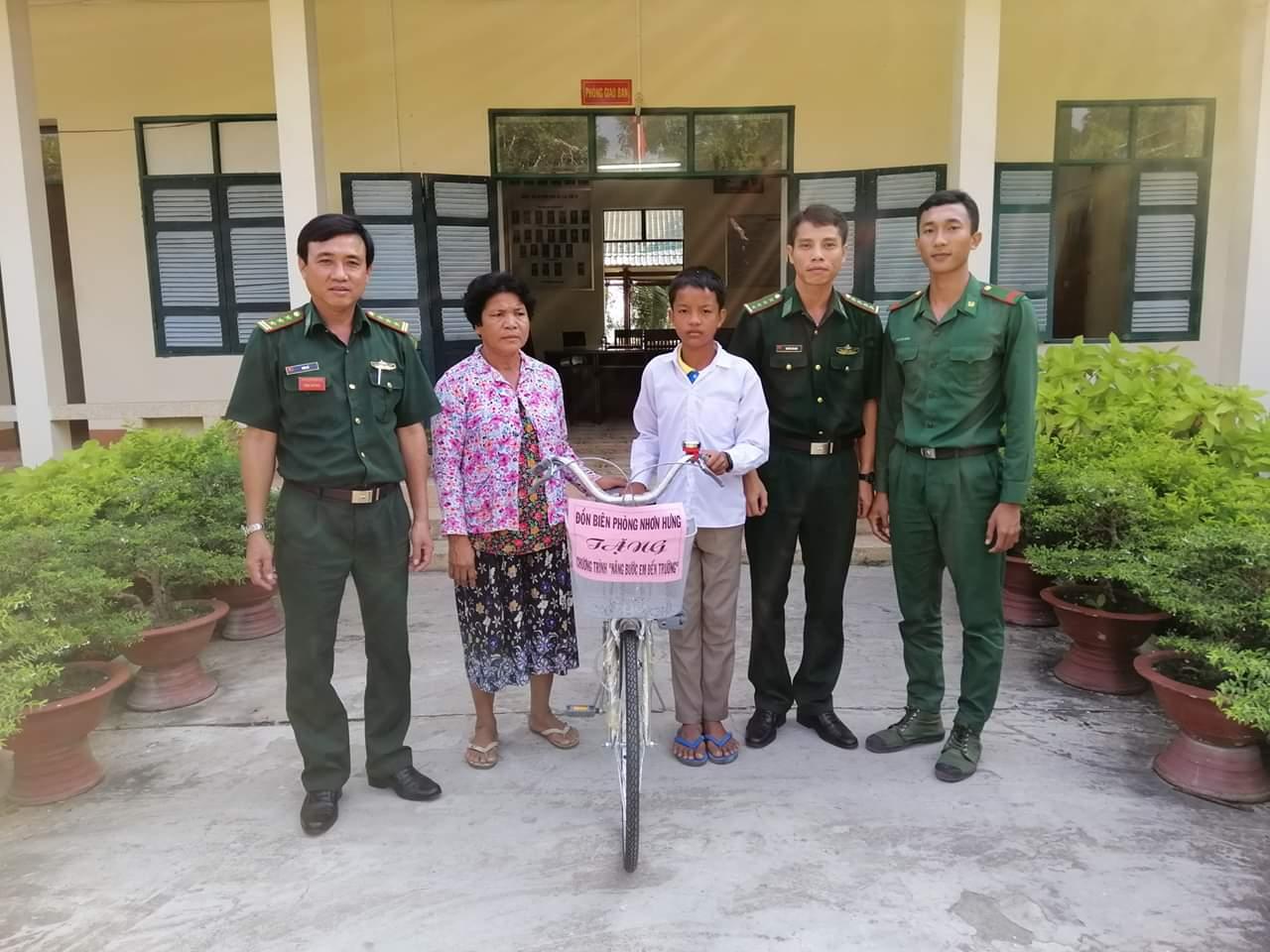 Tặng xe đạp cho học sinh nghèo Campuchia