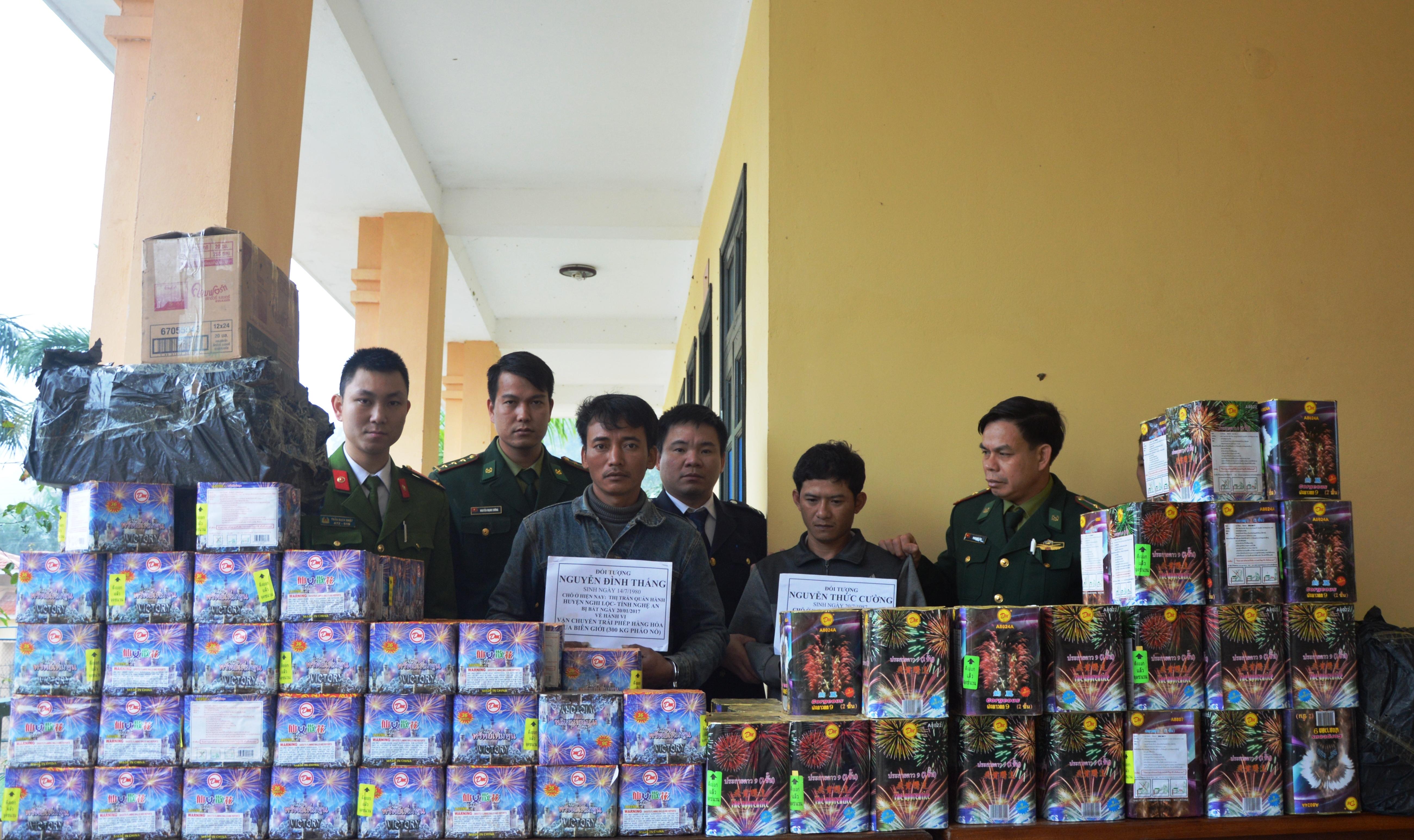Bắt 2 đối tượng vận chuyển số lượng lớn pháo về Việt Nam qua CKQT Cầu Treo