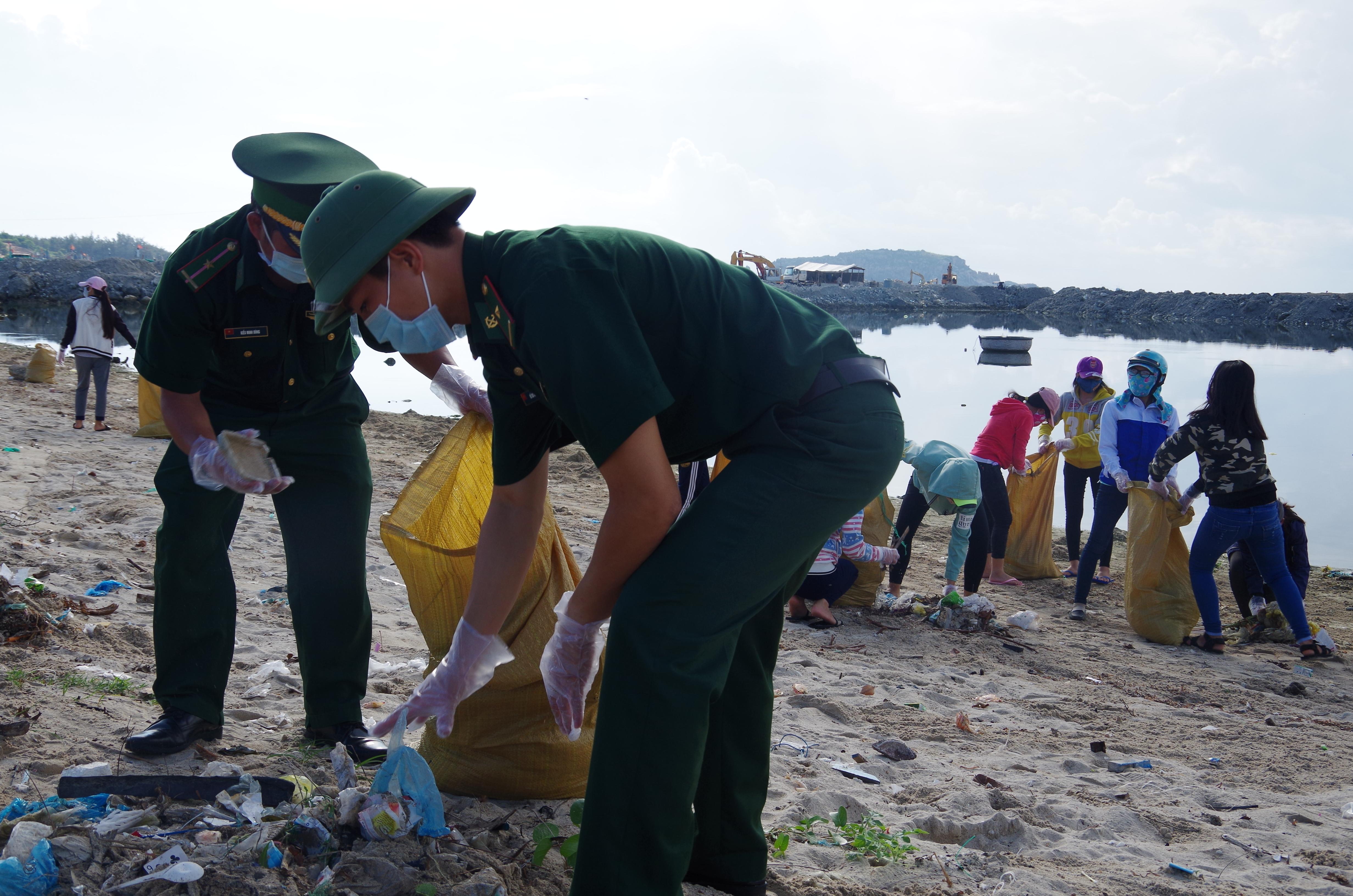 Đoàn viên thanh niên Đồn BP Thanh Hải ra quân làm sạch biển
