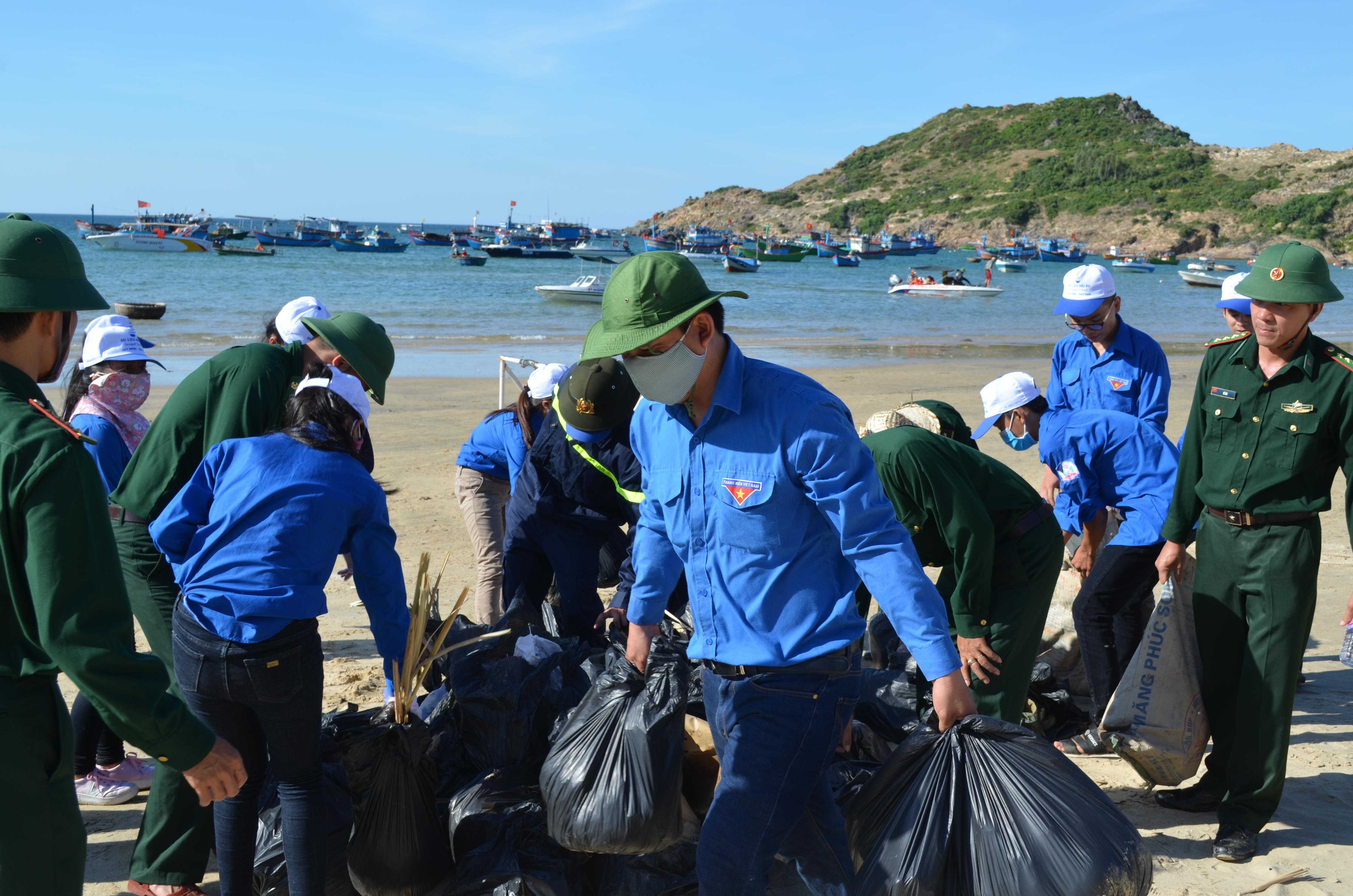 BĐBP chung tay làm sạch môi trường biển