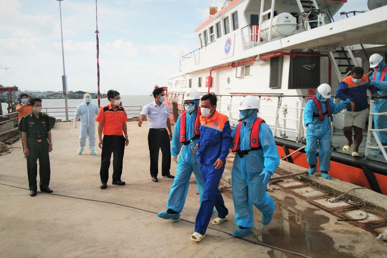 BĐBP Sóc Trăng tiếp nhận 2 thuyền viên người Indonesia bị nạn trên biển