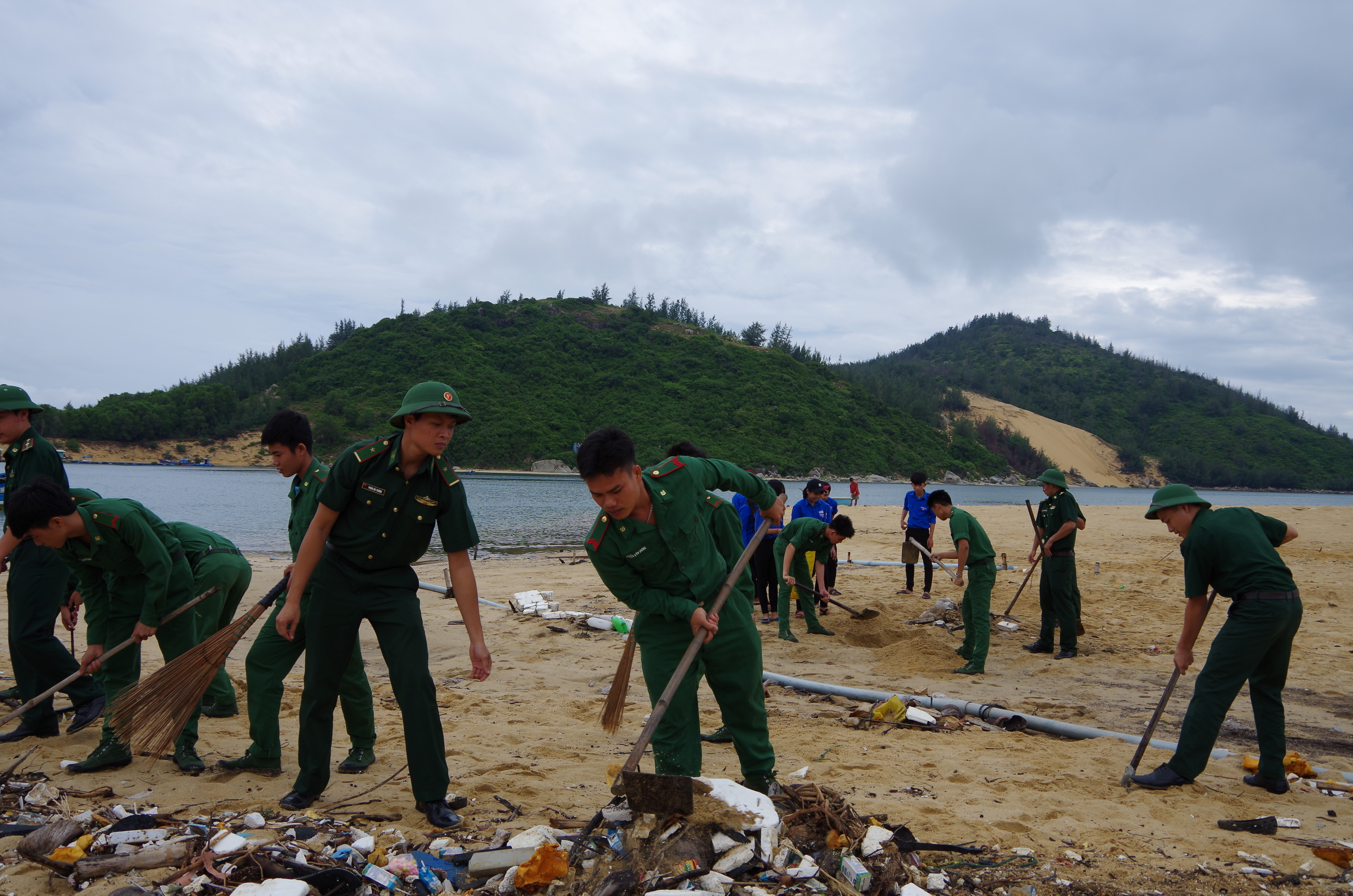 Đồn BP Đề Gi ra quân làm sạch bãi biển Cát Khánh
