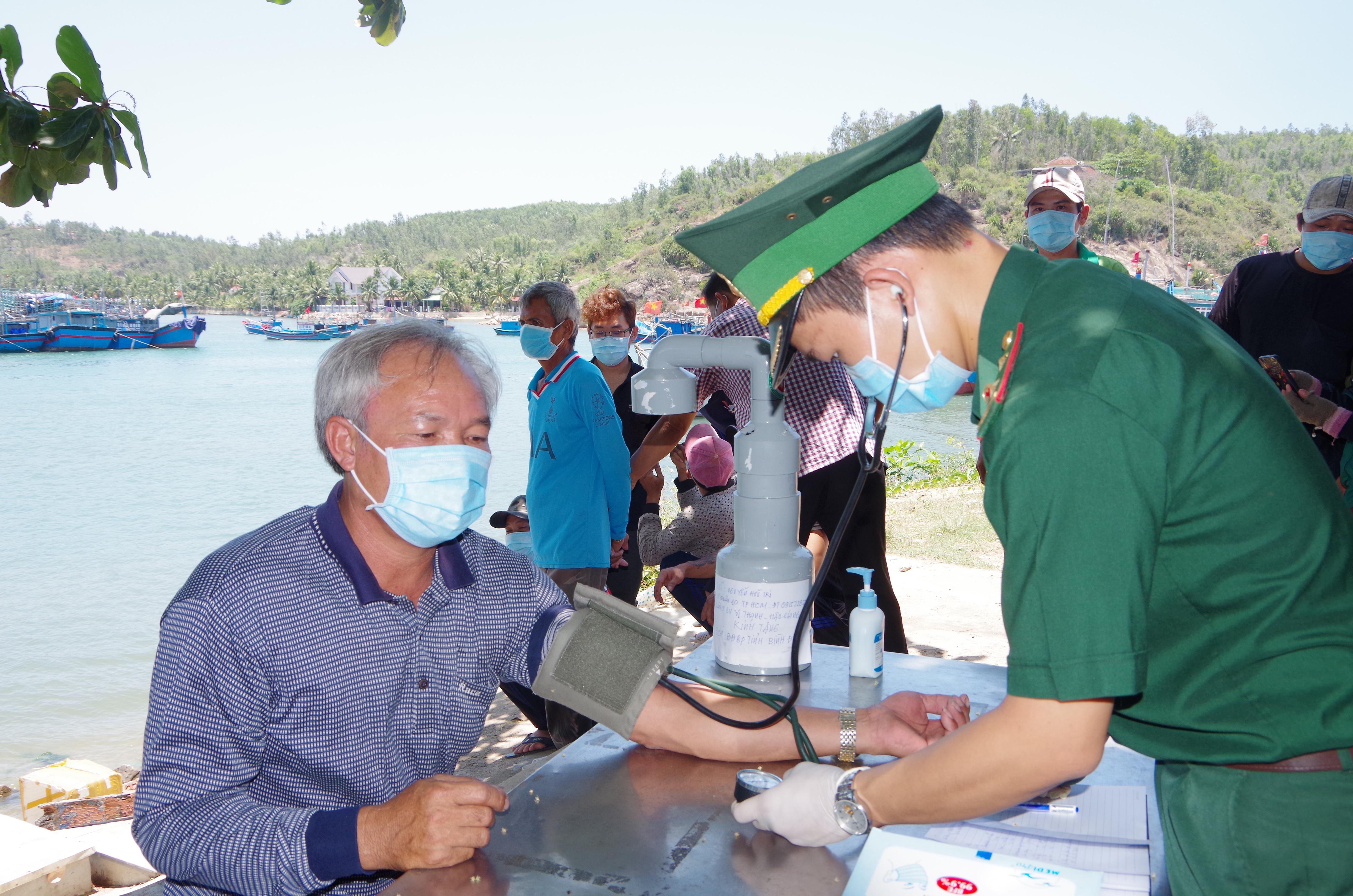 BĐBP Bình Định tiếp nhận ngư dân Philippines gặp nạn trên biển